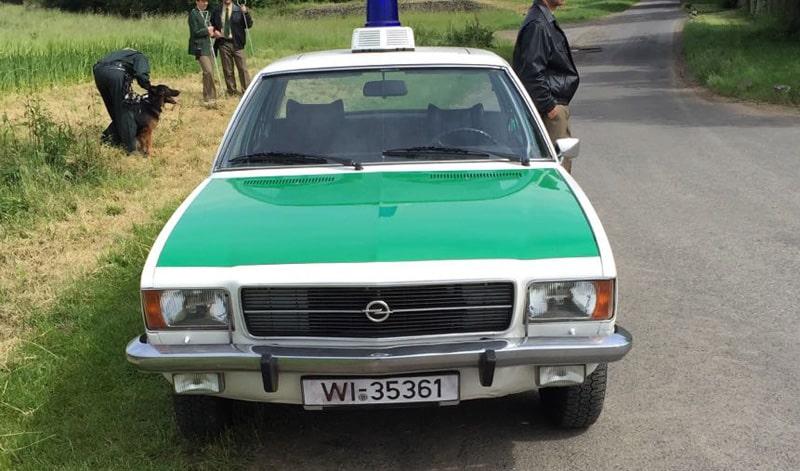 """Unser Opel Rekord Polizeifahrzeug kurz vor Beginn der Dreharbeiten zum """"Taunuskrimi"""" mit einigen Filmpolizisten"""