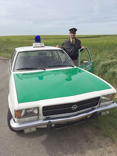 """Unser Opel Rekord Polizeifahrzeug kurz vor Beginn der Dreharbeiten zum """"Taunuskrimi"""" mit einem Filmpolizisten"""