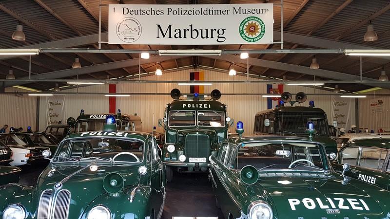 Blick in eine Halle des 1. Deutschen Polizeioldtimer Museums Marburg