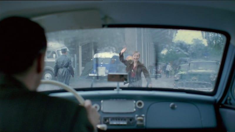 """Der Opel Rekord P 1 Olympia (Baujahr 1958) aus dem 1. Deutschen Polizeioldtimer Museum Marburg ist zu sehen, als Vater Lubanski seinen Sohn vor dem Stadion in Bern (Krefeld) absetzt, um das Endspiel der Fußball-WM 1954 live im Stadion zu sehen (Screen """"Das Wunder von Bern"""")"""