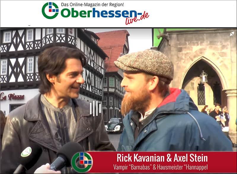 """Interview mit Schauspielern vor Ort in Alsfeld zum Spielfilm """"Die Wolfs-Gäng"""" mit dem Polizeioldie im Hintergrund"""
