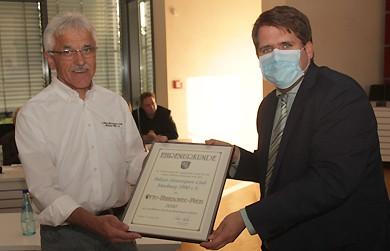 Der PMC-Vorsitzende Eberhard Dersch erhält von Erster Kreisbeigeordneter Marian Zachow die Urkunde zum Otto-Ubbelohde-Preis überreicht