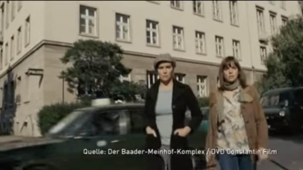 Ein Screenshot aus dem Film - in dieser Szene fährt der VW 412 von uns an der Polizeidirektion Augsburg vorbei. Im Vordergrund die beiden Terroristinnen, die eine Bombe im Gebäude deponiert haben, die gleich explodiert