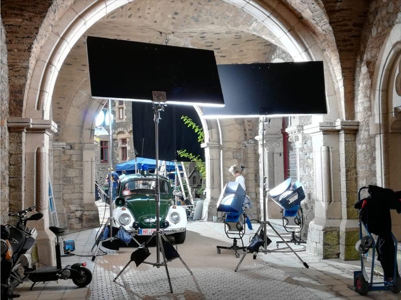 """Die Beleuchtung muss schon stimmen in der Szene mit dem Polizei-Käfer zum Fantasy-Film """"Die Wolf-Gäng"""", die im Schloss Braunfels gedreht wurde"""