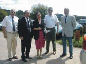 Frau Staatssekretärin Scheibelhuber trifft im Polizeioldtimer Museum ein, begrüßt von den Vorsitzenden des PMC, Hans-Heinrich Menche (2. v. l.) und Jürgen Diehl (rechts)