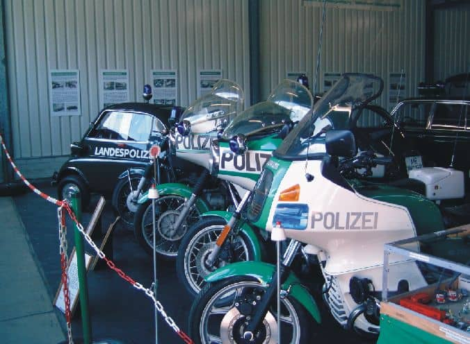 Ein Blick in eine der Hallen des 1. Deutschen Polizeioldtimer Museums Marburg