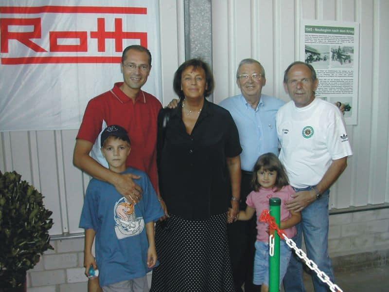 Die Familien Reinfried Pohl mit dem Vorsitzenden Henner Menche im Polizeioldtimer Museum