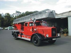 Ein historisches Feuerwehrfahrzeug bei der Eröffnung des 1. Deutschen Polizeioldtimer Museum in Marburg 2003
