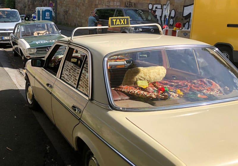 """Der Polizei-Audi aus Marburg am Filmset in Wuppertal, wo auch die Szene mit der Festnahme und dem Taxi im Film """"Die drei Ausrufezeichen"""" gedreht wurde"""