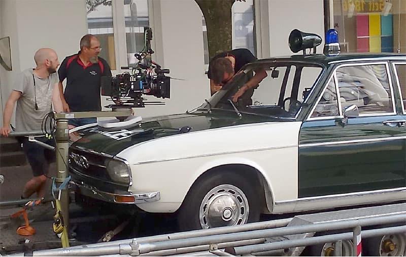 """Unser Polizei-Audi ist positioniert auf dem Filmtrailer - die Kamera wird nun noch eingerichtet und die Fahrszene zum Kinofilm """"Die drei !!!"""" kann beginnen"""