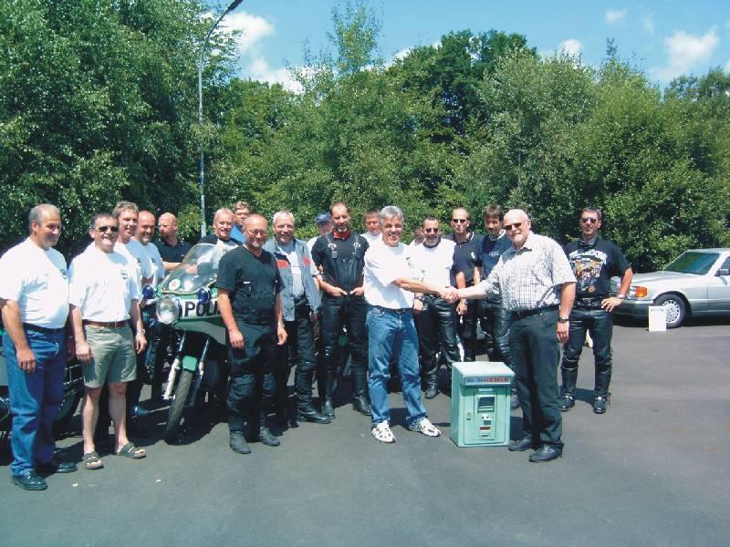 Die Motorradfreunde der IPA-Verbindungsstelle des Hochsauerlandkreises überreichten Pressesprecher Eberhard Dersch vom PMC eine ausrangierte Notrufsäule