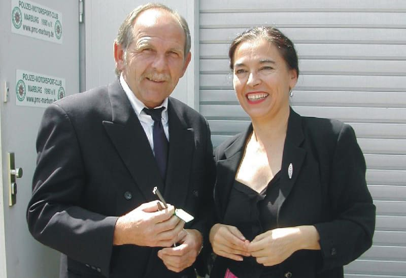 Frau Staatssekretärin Scheibelhuber übergab symbolisch den Schlüssel des historischen Polizeifahrzeugs an den Vorsitzenden des PMC, Hans-Heinrich Menche