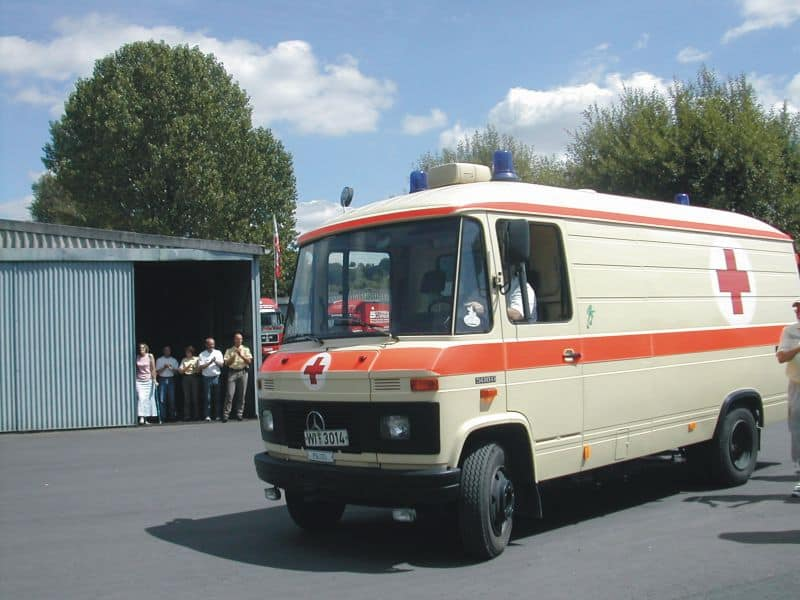 """Ein Mercedes-Benz Rettungswagen, Erstzulassung 11/84, war vormals als Sanitäts-NAW bei der Bereitschaftspolizei in Hessen im Einsatz und jetzt """"in Rente"""" im Polizeioldtimer Museum Marburg"""