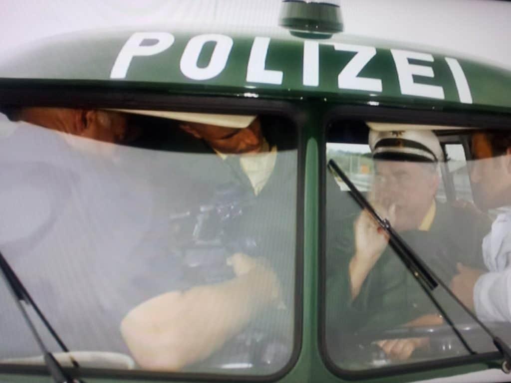 """Der Polizei-Bulli im Werner-Film """"Werner Eiskalt"""" (Screen-Shot)"""