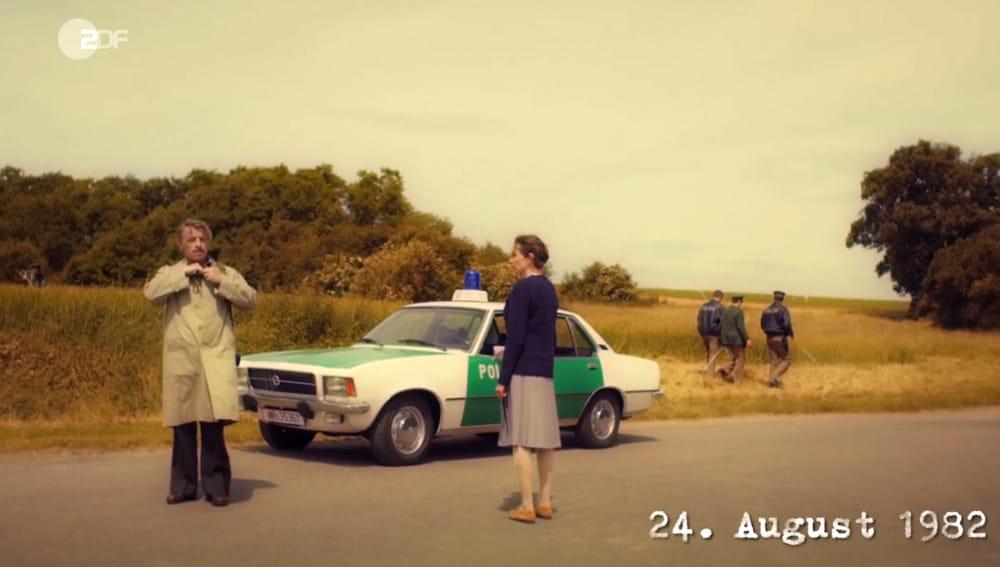 """Screen vom ZDF-Zweiteiler """"Taunuskrimi"""" mit dem Titel """"IM WALD"""" bei dem der gezeigte Polizeioldie aus Marburg zum Einsatz kam"""