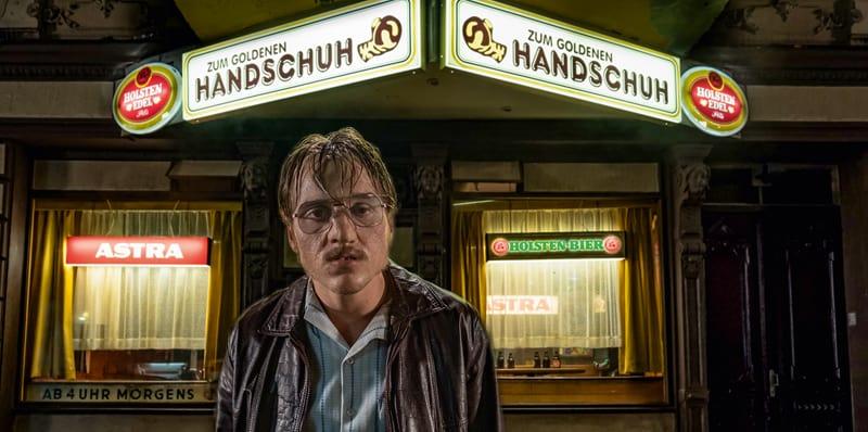 """Bild vom Film """"Der-Goldene-Handschuh"""" mit dem Hauptdarsteller (Quelle: bomberoint WarnerBros-Entertainment)"""