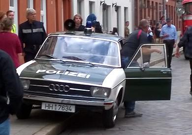 """Der Audi 100 steht nun am Drehort in Hamburg-Altona - im Rahmen der Filmaufnahmen zum Horror-Thriller """"Der Goldene Handschuh"""""""