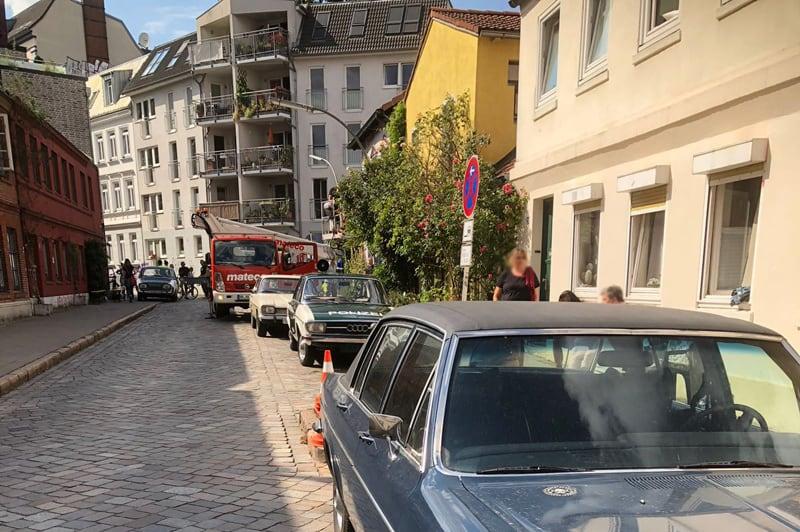 """Die Zeißstraße in Hamburg-Altona mit den historischen Fahrzeugen - unter anderem auch unser Polizei-Audi spielt mit im Film """"Der Goldene Handschuh"""" von dem bekannten Regisseur Fatih Akin"""
