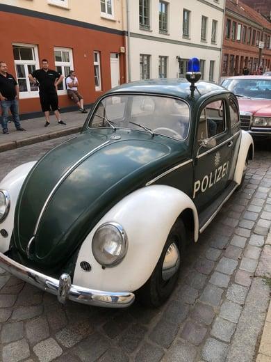 """Ein weiteres Polizeifahrzeug im Film """"Der-Goldene-Handschuh"""" - ein VW Käfer"""