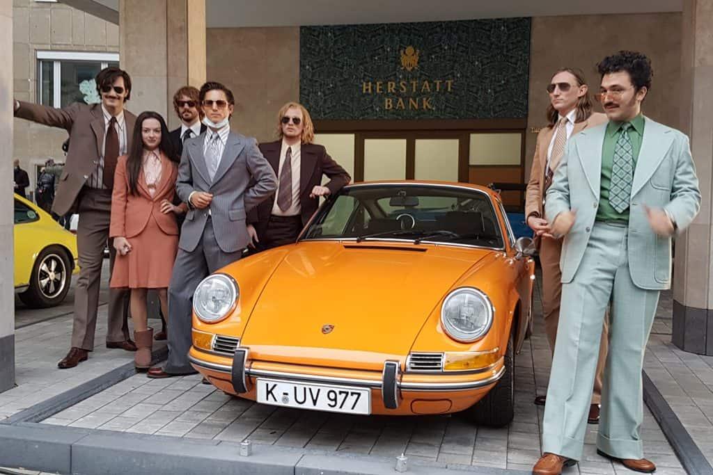 """Die """"Goldjungs"""" mit Marie Breuer (Michelle Barthel) und einem Porsche 911"""