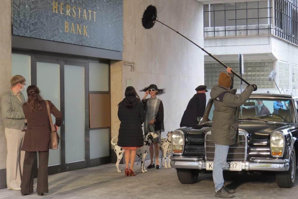 Irene Gerling (Leslie Malton) Ehefrau des Bank-Chefs, steigt mit den beiden Dalmatinern aus dem 600er Mercedes aus