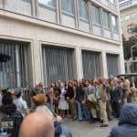 Aufgebrachte Geldanleger demonstrieren vor der Herstatt-Bank, im Hintergrund ist der VW T 2 zu erkennen