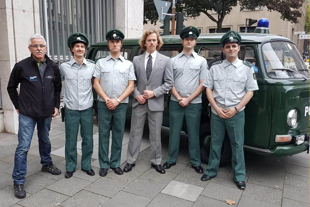 Abschlussbild am Set, die Polizisten mit dem PMC-Vorsitzenden, Eberhard Dersch, vor dem VW T2