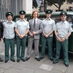 Abschlussbild am Set, die Film-Polizisten mit dem PMC-Vorsitzenden, Eberhard Dersch (links), vor dem VW T2