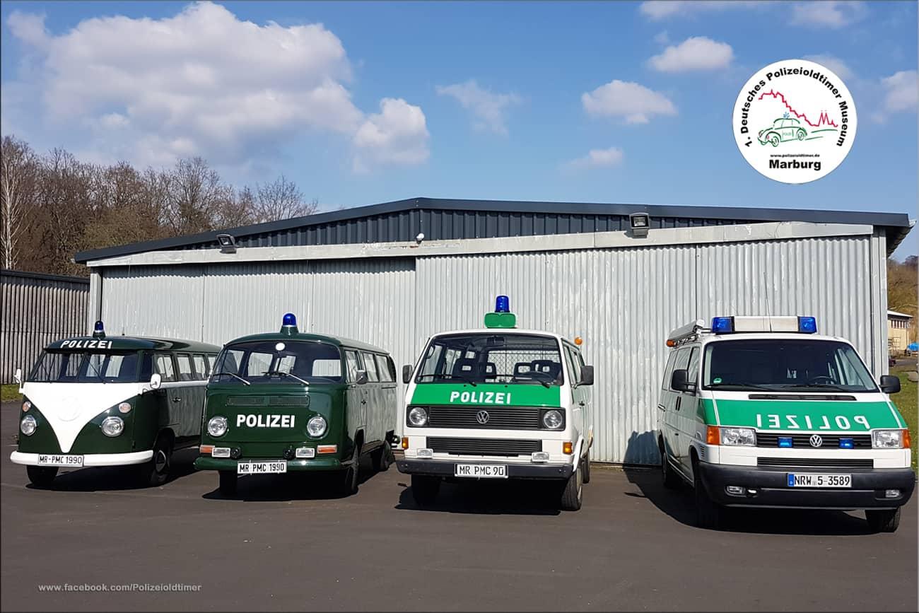 Einige der historischen Polizeifahrzeuge, hier eine VW-Bulli-Parade, aus dem 1. Deutschen Polizeioldtimer Museum Marburg