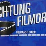 """Plakat Filmdreh - mit dem VW Bulli T2 aus dem Polizeioldtimer Museum Marburg in der ARD-Satire """"Goldjungs"""""""