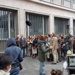 """Im ARD-Film """"Goldjungs"""" sind viele schöne Oldtimer zu sehen, im Hintergrund der VW T2 aus dem Polizeioldtimer Museum Marburg bei einer Demo"""