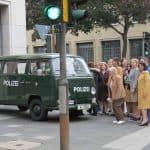 Die aufgebrachte Geldanleger kommen vor die Herstatt-Bank, im Vordergrund ist der Polizei VW T2 zu erkennen