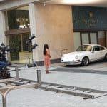 """Einer der Porsche 911 im ARD-Film """"Goldjungs"""", hier die Ankunft der Banker an der Herstatt Bank, mit Marie Breuer (Michelle Barthel, links) und Devisenhändler Mick Sommer (Tim Oliver Schultz), der sich gerade spektakulär ein Zigarette ansteckt"""