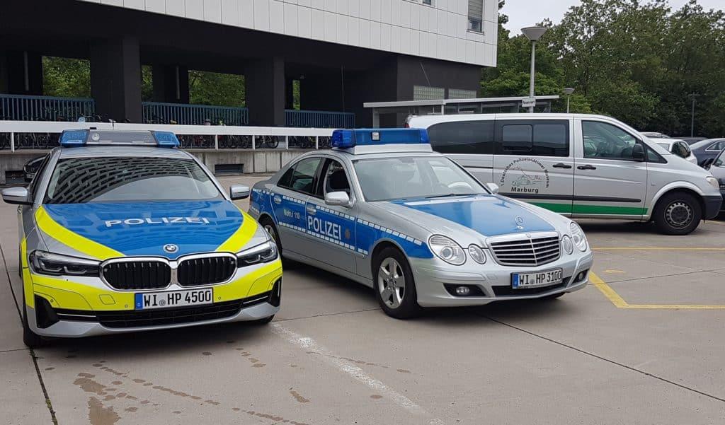 Der Neuzugang im Polizeioldtimer Museum Marburg, ein Mercedes Benz vom Typ E280 CDI (Mitte) und sein Nachfolger im Kreise der Kradstaffel Hessen, einem BMW (links) bei der Abholung im HMdIuS