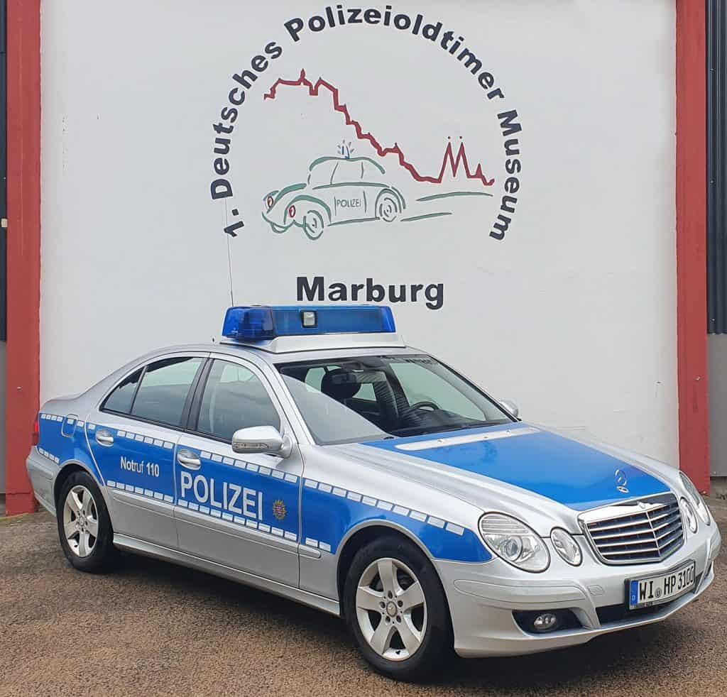 Der Neuzugang im Polizeioldtimer Museum Marburg, ein Mercedes Benz vom Typ E280 CDI, Erstzulassung 17.12.2007, Leistung 140 KW, 2987 ccm, Diesel, Leergewicht: 1740 kg, Telefon, Sondersignalanlage Hella RTK 6 mit ASG/Xenon