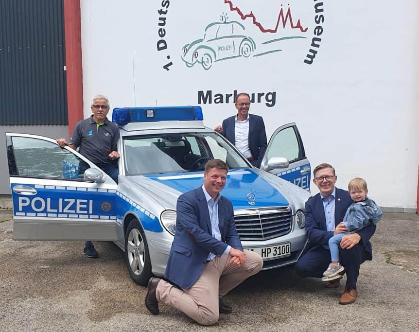 Übergabe des Mercedes Polizeifahrzeuges durch Staatssekretär Dr. Stefan Heck (vorne links) an den PMC Marburg, mit dabei der PMC-Vereinsvorsitzende Eberhard Dersch (links) sowie MdL Dirk Bamberger (vorne rechts) und der neue Leiter der Polizeidirektion Marburg, Kriminaldirektor Frank Göbel (hinten rechts)