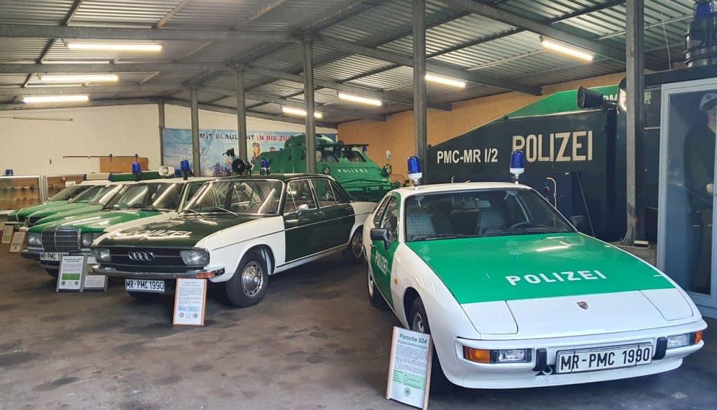 Ein Blick in die neue Museumshalle im Polizeioldtimer Museum Marburg, vorne ein Porsche 924