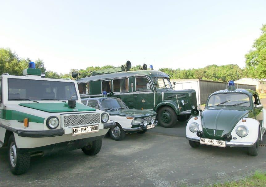 Außergewöhnliche Fahrzeuge gibt es im Polizeioldtimer Museum zu sehen, wie z. B. der Amphi-Ranger (links), ein Amphibienfahrzeug aus dem Jahr 1983, das zuletzt auf dem Edersee eingesetzt war, daneben der BMW 2000, Mercedes-Benz Fernmeldebetriebsbus und der VW Käfer